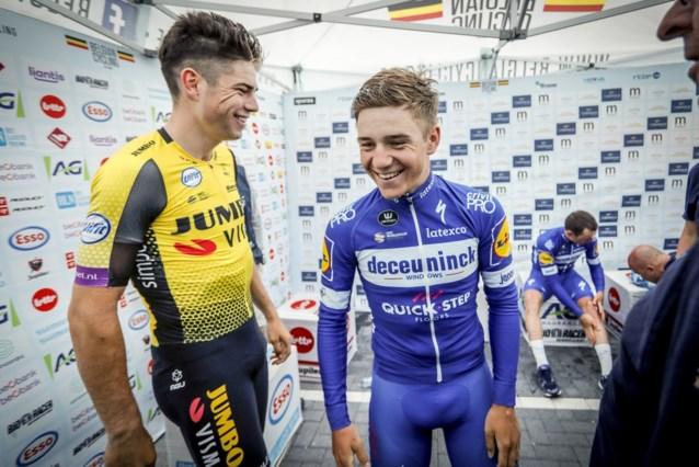 """Remco Evenepoel keek zijn ogen uit op bezoek in de Tour: """"Het lachje van Wout van Aert zei genoeg toen ik hem zag"""""""