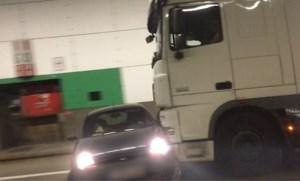 Onwaarschijnlijke beelden: truck sleept auto tientallen meters mee in Craeybeckxtunnel