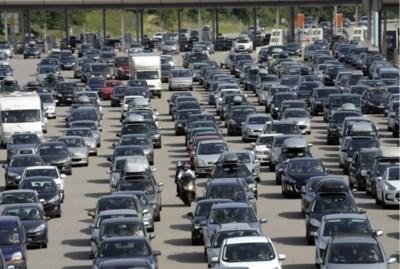 Wanneer vertrek je het best met de auto op vakantie, waar staan de files en wat met de drukte op de luchthavens?