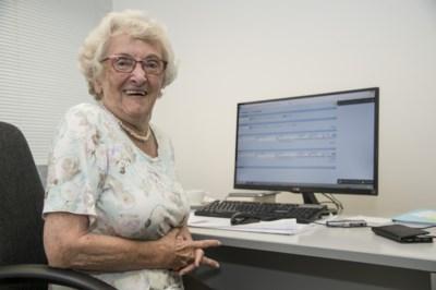 """Lea is 93 jaar maar denkt niet aan stoppen met baan als boekhoudster: """"Iets vergeten? Fouten maken? Nooit!"""""""