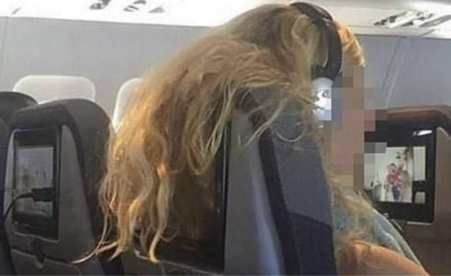 """Man deelt foto van """"onbeschofte"""" passagier op vliegtuig: """"Heeft er iemand een schaar bij?"""""""