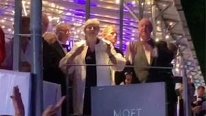 ZIEN. Theresa May gaat uit de bol op festival en haalt haar beste pasjes boven voor 'Dancing Queen'