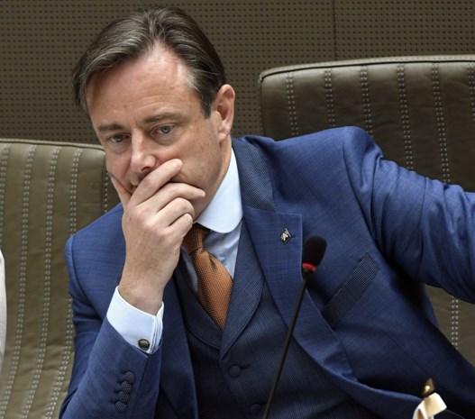 Week weggeweest, nu puin ruimen: federaal, Vlaams én binnen zijn eigen partij, overal ligt werk te wachten op Bart De Wever