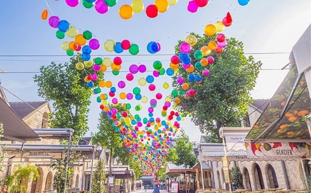 Wandelen onder een regenboog van ballonnen in Parijs