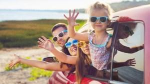 Zo maak je een autoreis met kleine kinderen aangenamer: géén Bumba, niet 's nachts rijden en af en toe een snoepje