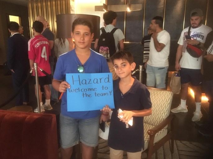 Eden Hazard meteen ontvangen door gillende fans bij eerste buitenlandse tour met Real Madrid