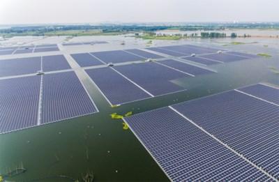 Topbedrijven pakken uit met ambitieus project: na windmolens nu ook zonnepanelen op zee