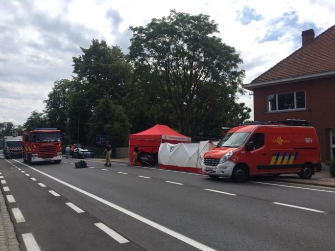 Wagen met vier jongeren knalt tegen verlichtingspaal: één dode
