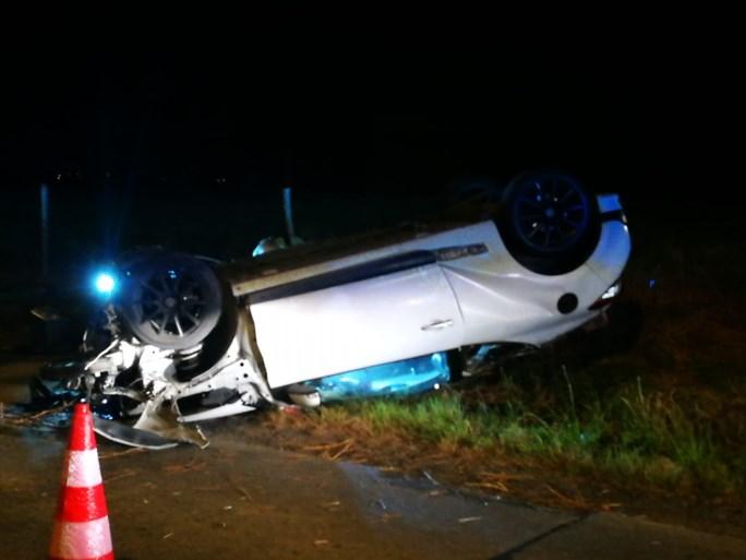 Zwaar ongeval in Staden: auto knalt op elektriciteitspaal en belandt op zijn kop