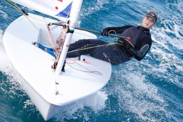 Emma Plasschaert rukt op na zege in derde regatta op WK zeilen