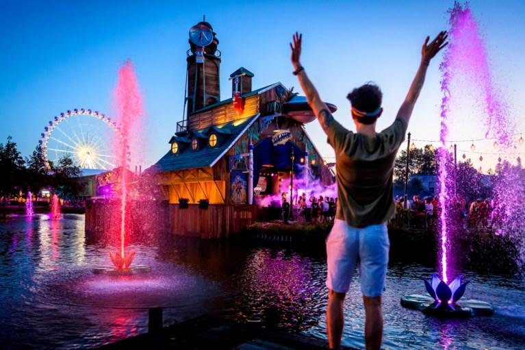 Vuurwerk, lichtshows en een wild publiek: zo mooi is Tomorrowland 's nachts
