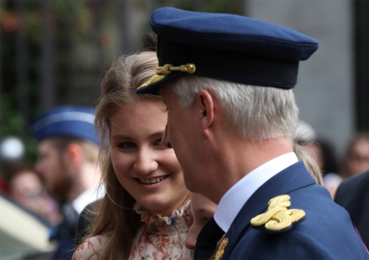 Koning Filip met hele gezin op Te Deum: Mathilde draagt bijzondere hoed, Elisabeth op stiletto's en Gabriël met gips
