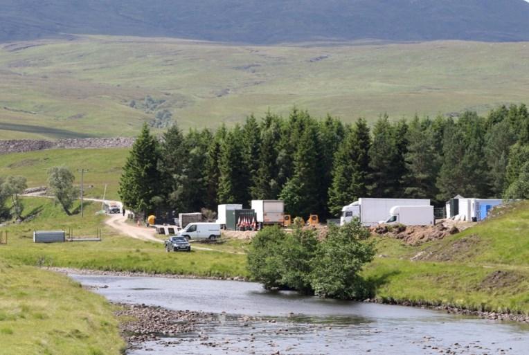 Indrukwekkend productieleger strijkt neer in Schots dorpje voor opnames 25e Bond-film