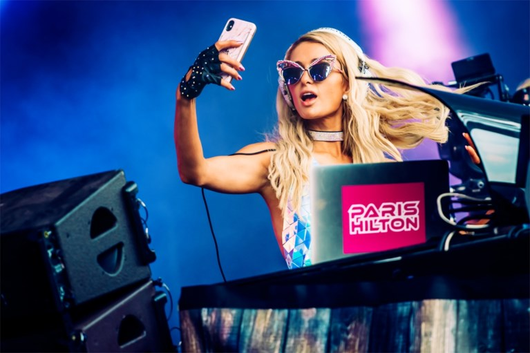 "Paris Hilton bouwt een feestje op Tomorrowland: ""I fucking love you Belgium!"""
