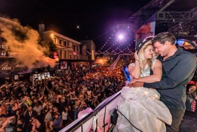 """Michelle (29) en Bjorn (34) huwen 's nachts boven uitzinnige menigte: """"Massa volk op ons feest en geen cent uitgegeven"""""""