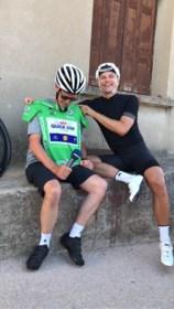 Voormalige Nederlands wielerfotograaf rijdt Tour de France ten voordele van Kankerfonds op… e-bike van overleden echtgenote