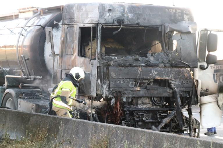 """Vrachtwagenchauffeur (19) kan zichzelf redden uit brandende cabine op E17: """"Ik dacht echt dat ik doodging"""""""