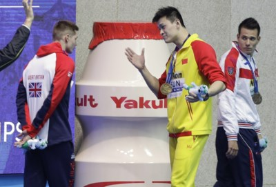 """De kampioen die paars plast krijgt steeds meer tegenkanting van collega-zwemmers: """"Jij bent een loser, ik ben een winnaar"""""""