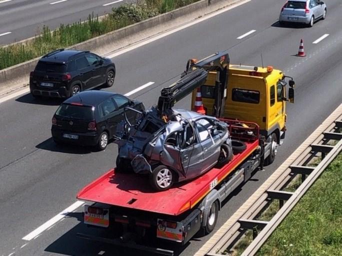 Auto van bejaard koppel valt in panne op E40 en wordt aangereden door vrachtwagen: twee doden