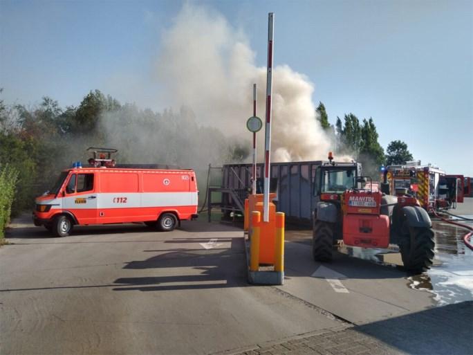 Gemeentearbeiders zien container met brandbaar afval in brand vliegen in Ledegem