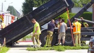 Vloerlegger even in levensgevaar na ongeval onder vrachtwagen