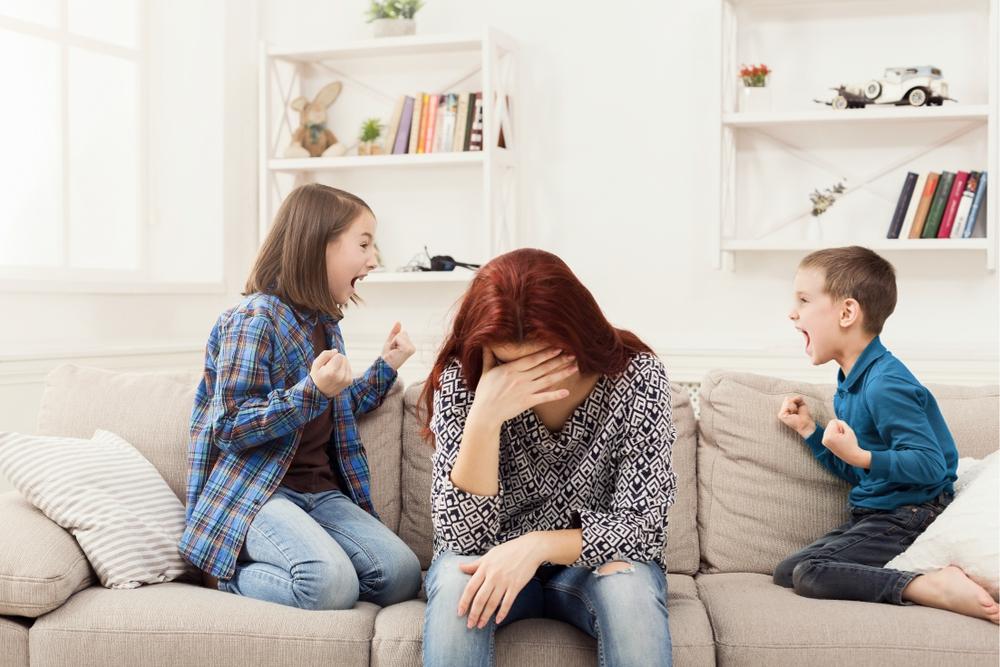 Moeder en vriendinnen vallen de vriend van stiefdochter aan