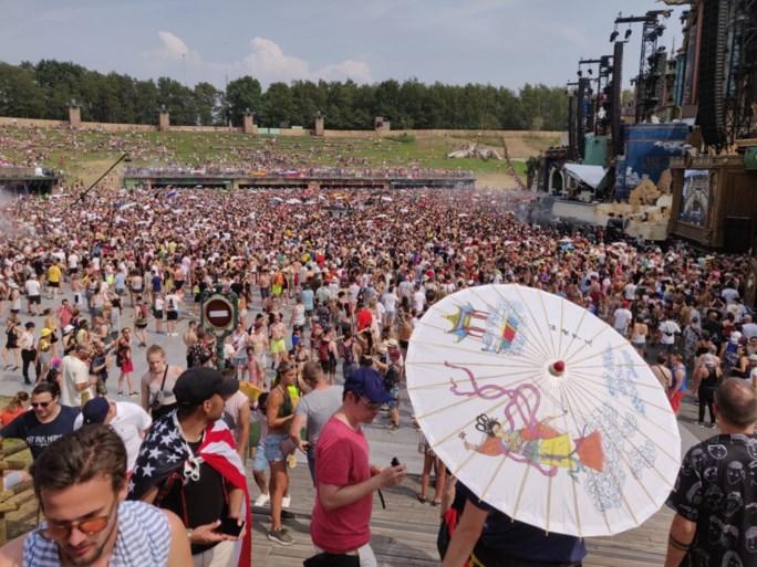 De zon verschroeit Tomorrowland, maar dat laten de festivalgangers niet aan hun hart komen