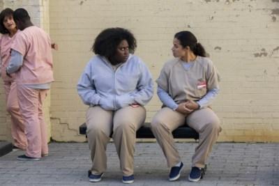 RECENSIE. 'Orange is the new black' schuwt ook in sterk laatste seizoen controverse niet