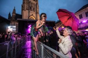 Tributeartieste Amy Winehouse jaagt de regen weg van Sint-Baafs