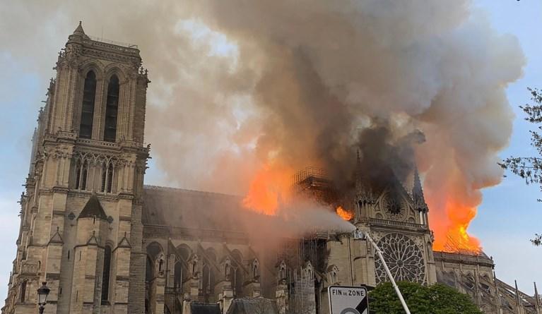 """Activisten dienen klacht in na brand in Notre-Dame: """"Overheid heeft bewust mensen in gevaar gebracht"""""""