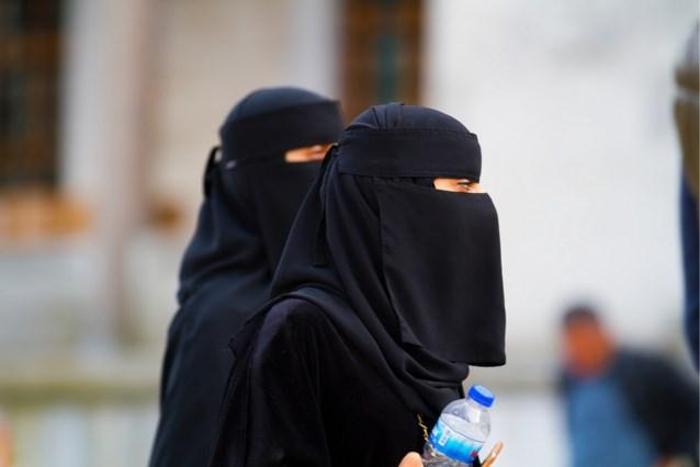 """Gedeeltelijk verbod gezichtsbedekkende kleding"" donderdag van kracht in Nederland"