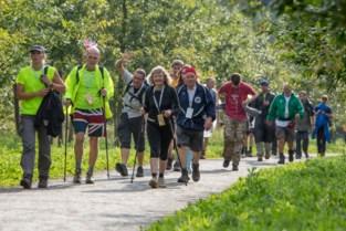 """Fervente wandelaars voorbijgestoken door 'gelegenheidspubliek' voor Dodentocht: """"Veel van die jonge snaken raken niet eens voorbij de 30 kilometer"""""""