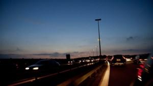 's Nachts met de wagen vertrekken op reis? Dat is geen goed idee