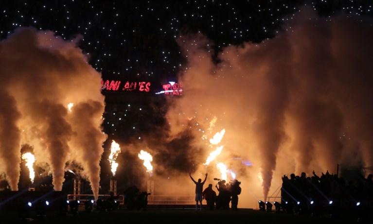 Onthaald als een God in eigen land: tienduizenden voetbalfans heten Dani Alves welkom bij Sao Paulo