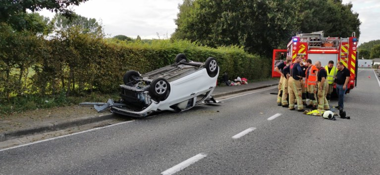 Auto overkop bij ongeval in Zottegem, vrouw moet bevrijd worden door brandweer
