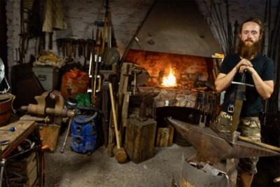"""Siersmid Flor (28) brengt Lord of the Rings tot leven: """"Laat mij maar gewoon kloppen op ijzer"""""""