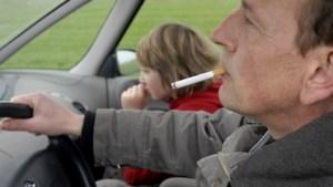 """FOD Volksgezondheid wil controles aan scholen op rookverbod in wagen:<B> """"Juist voor en na schooltijd""""</B>"""