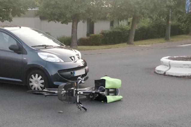 Fietser onder auto