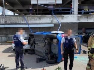 Wagen valt verdieping naar beneden op parking Carrefour