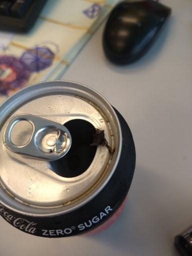 Jochen vindt een vlieg in zijn blikje Coca-Cola en is verbaasd om de reactie van de frisdrankgigant