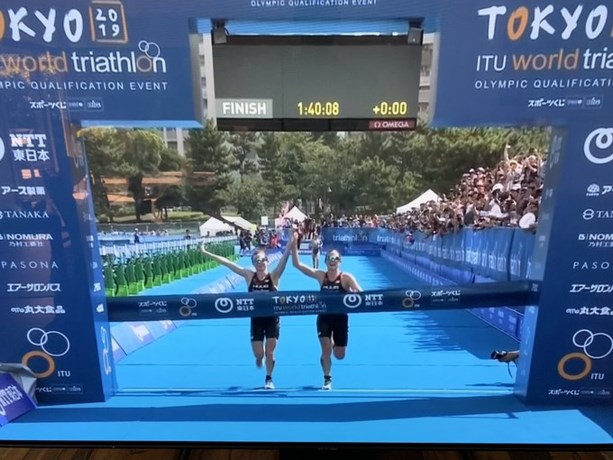 Gediskwalificeerd omdat ze hand in hand over meet komen: derde wint olympisch testevent triatlon