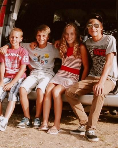 """Kilena, Dylan, Neal en Liam nemen al 16 jaar exact dezelfde vakantiefoto: """"Zo lang mogelijk in ere houden"""""""