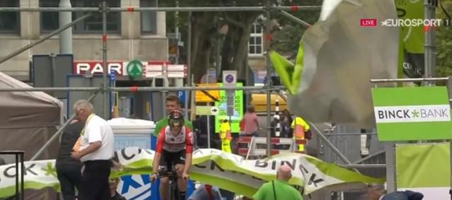 Stan Dewulf beleeft schrikmomentje in BinckBank Tour: wind rukt spandoeken los op startpodium