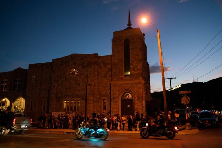 Hij dacht dat hij alleen zou zijn op de begrafenis van zijn vrouw die vermoord werd in El Paso. De verrassing kon niet groter zijn