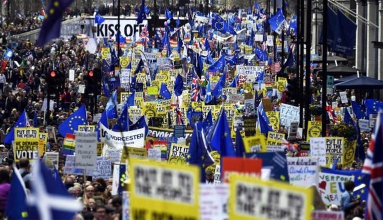 Chaos dreigt in Groot-Brittannië: tekort aan voedsel, medicijnen en brandstof bij harde Brexit