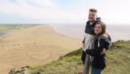 Stefan vraagt zijn vriendin ten huwelijk met gigantisch zandkunstwerk op het strand