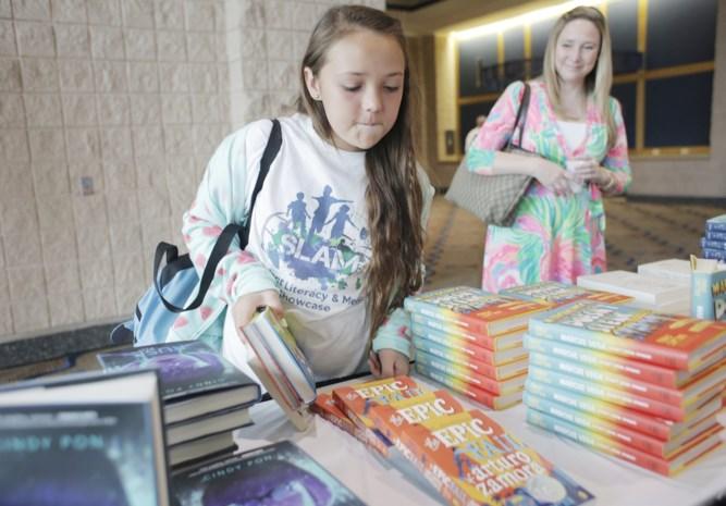 Scholen verplichten ouders voor honderden euro's boeken te kopen terwijl ze niet eens worden gebruikt