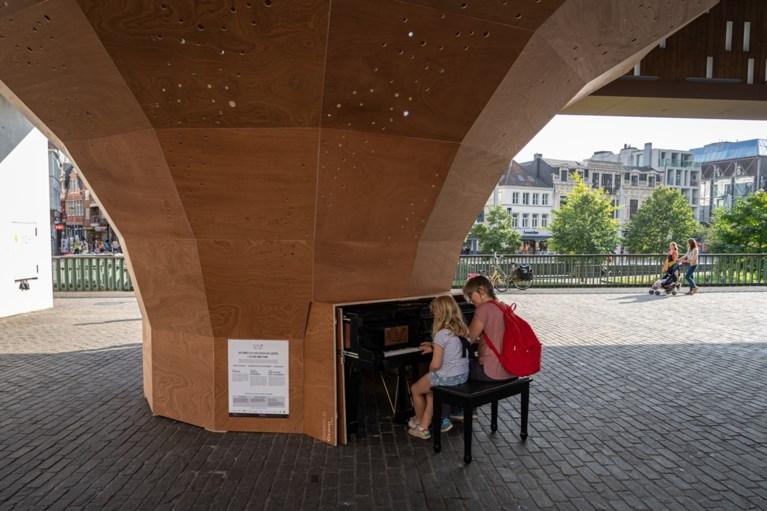 Vergeet luidsprekers: deze piano wordt versterkt door 'reuzengrammofoon' met wel 1.000 gaatjes