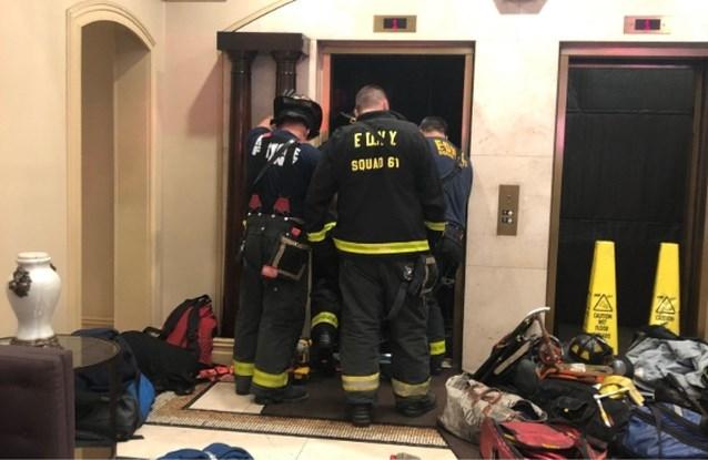 """Man sterft nadat lift in peperduur flatgebouw neerstort: """"Hij probeerde er nog uit te springen"""""""