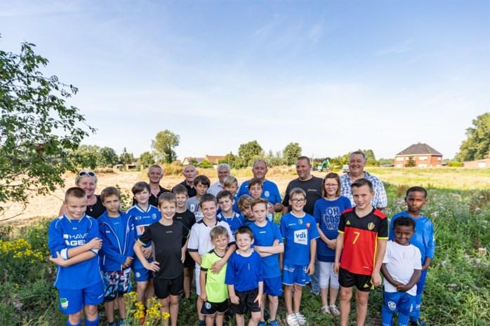 """Na 17 jaar wachten krijgt voetbalclub eindelijk nieuw terrein: """"We gaan boomen zoals AA Gent"""""""